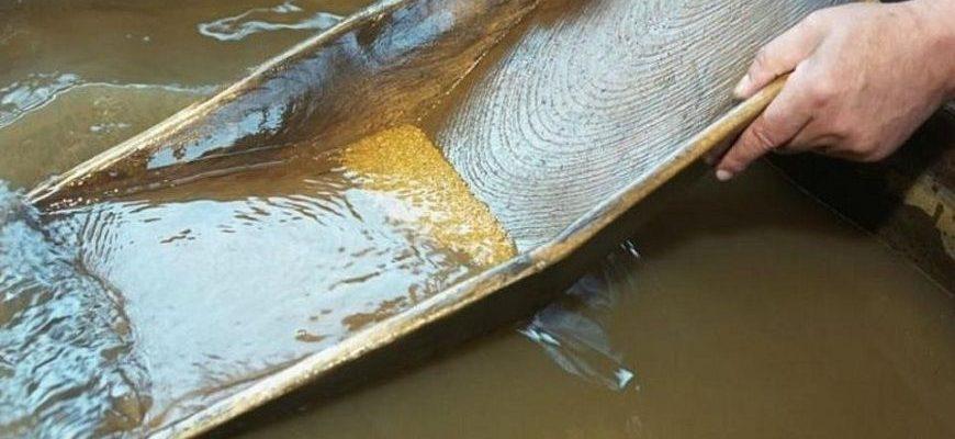 Промывка золотоносного песка в горных реках