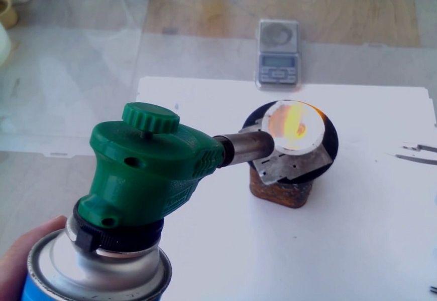 Плавление золота в тигле на бытовой газовой горелке