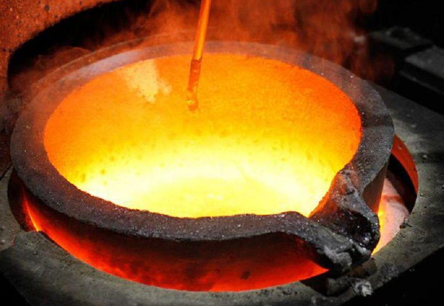 Плавка золота в специальных плавильных печах