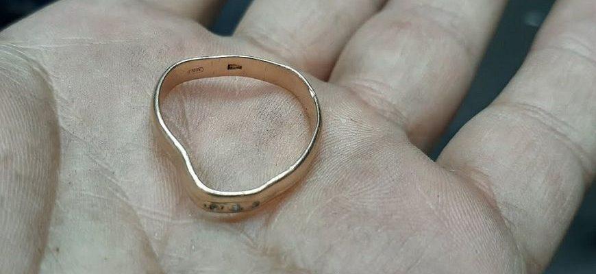 Деформированное золоте кольцо