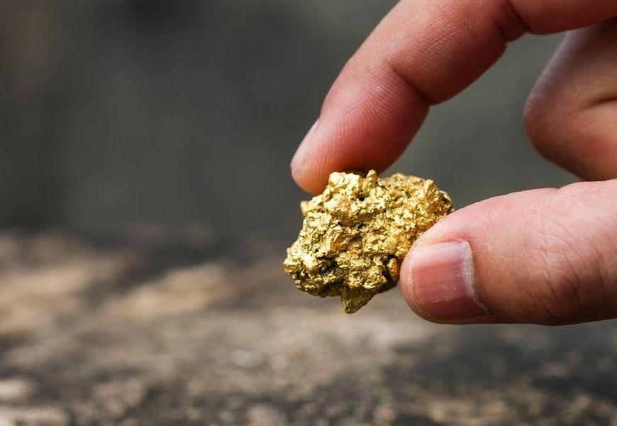 Золотой самородок в руке
