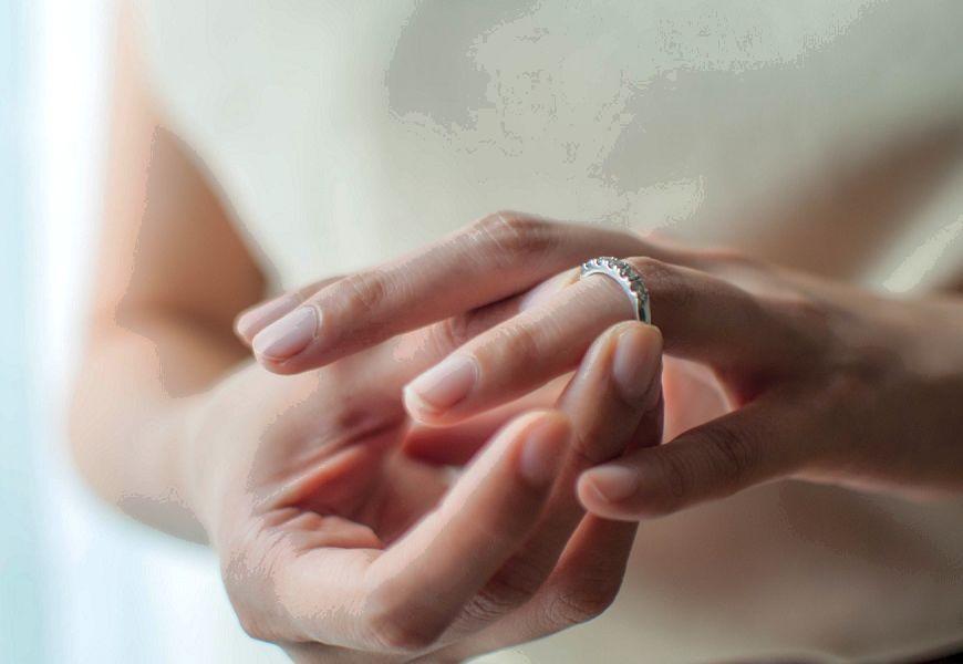 Золотое кольцо окислилось на пальце