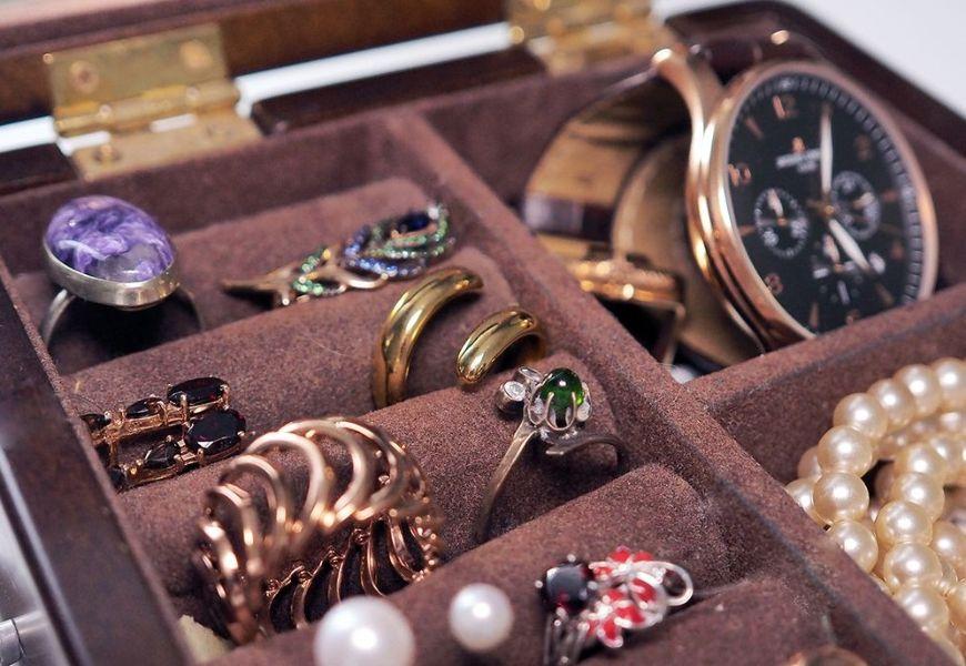 Золотые кольца в шкатулке