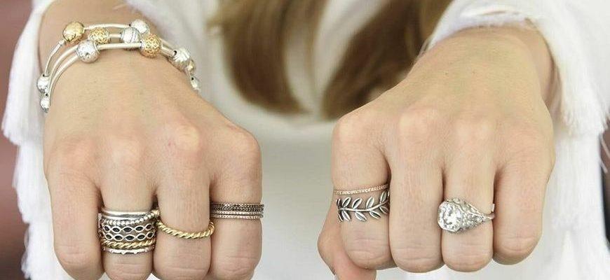 Золотые украшения на руках