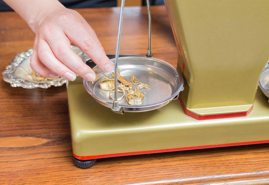 Золотые изделия на весах