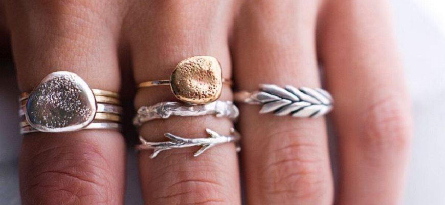 Кольца сочетание серебра и золотаЗолотые и серебряные кольца на одной рукеЗолотые и серебряные кольца на руке