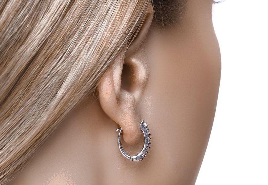 Серебряные серьги темнеют в ушах